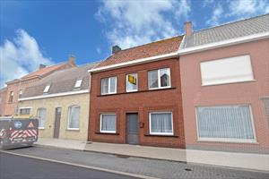 Verrassend ruime woning met veel potentieel te Bikschote!