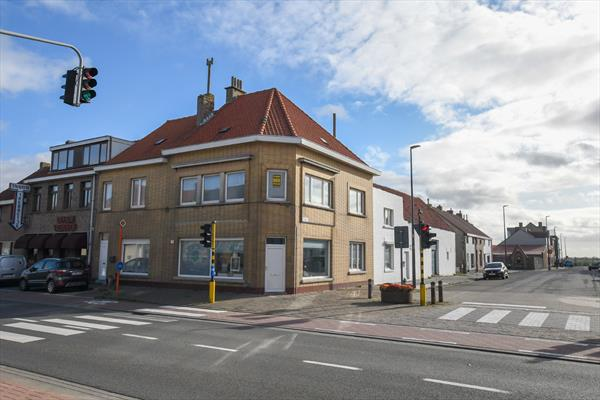 Hoekwoning op goede locatie te Oostende. Opgedeeld in 2 wooneenheden: Handel + duplex.