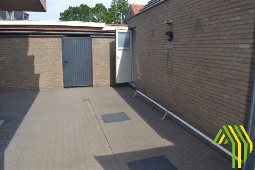 Handelspand met kitchenette, terras en aparte garage in centrum Dentergem