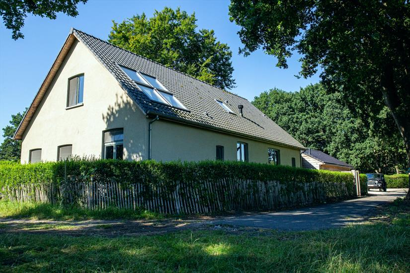 Vila with stable and indoor swimming pool in quiet location on approximately 7981m2 in Essen
