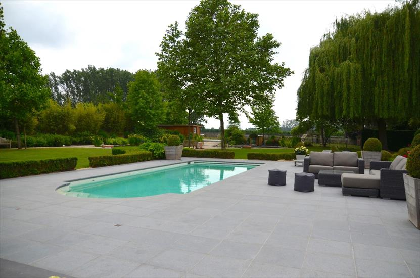 Beautiful square farm with horse accommodation, swimming pool and office space on approximately 1,15ha in Alken