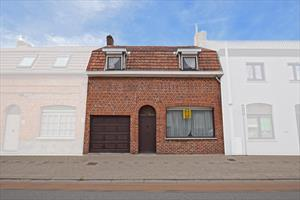 Verrassend ruime woning met veel potentieel in hartje Merkem.